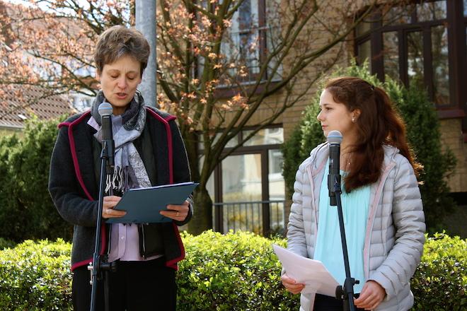 Verlegung der Stolpersteine für die Ahrensburger Familie Rath vor dem Haus in der Waldstraße 8: Dr. Michaela Witte und Schulsprecherin Aylin Lehnert erläutern die Arbeit und Intention des Schulprojektes.